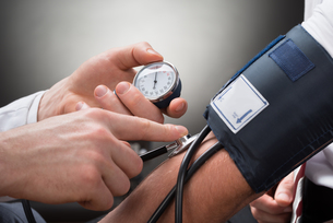 Doctor Checking Blood Pressure Of A Patientの写真素材 [FYI00657196]