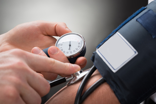 Doctor Checking Blood Pressure Of A Patientの写真素材 [FYI00657197]