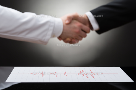 Businessman And Doctor Shaking Handの写真素材 [FYI00657199]