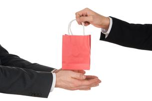 Businessman Giving Small Bagの素材 [FYI00657219]