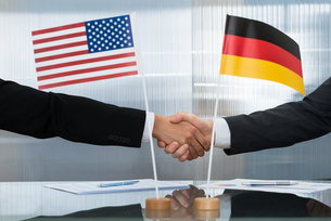 American And German Businessman Shaking Handsの写真素材 [FYI00657244]