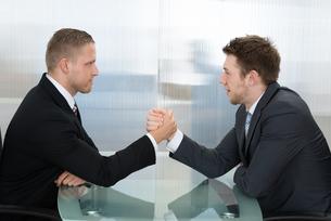 Two Businessman Wrestlingの写真素材 [FYI00657254]
