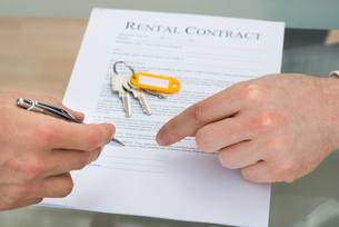 Person Signing Rental Contractの写真素材 [FYI00657255]