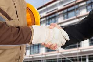 Architect And Businessman Shaking Handsの写真素材 [FYI00657265]