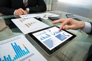 Two Businessman Working On Digital Tabletの写真素材 [FYI00657277]
