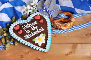 bayerisches lebkuchenherz with pretzelsの写真素材 [FYI00657358]