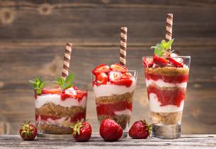 Fresh strawberry yogurtの写真素材 [FYI00657375]