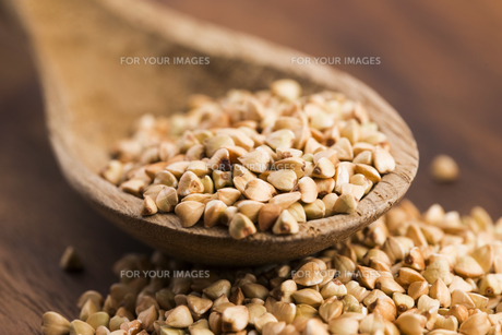 Buckwheat with a spoon on a wooden boards backgroundの素材 [FYI00657478]