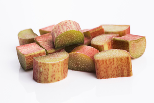 chopped red rhubarb on white backgroundの写真素材 [FYI00657505]