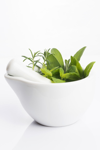 mortar with herbs isolated on a white backgroundの素材 [FYI00657512]