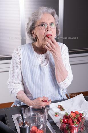 active senior prepares strawberriesの素材 [FYI00657836]