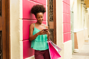 Black Girl Shopping And Text Messaging On Phoneの写真素材 [FYI00657923]