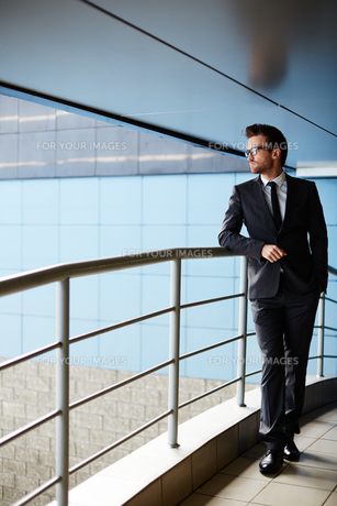 Businessman by railingsの素材 [FYI00658030]