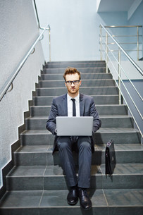 Businessman with laptopの写真素材 [FYI00658036]