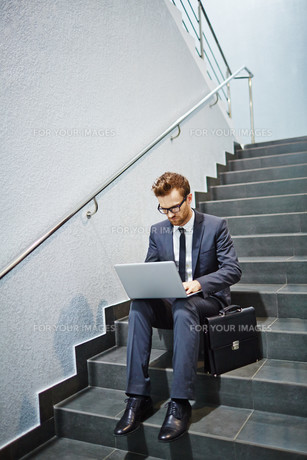 Networking on stairsの写真素材 [FYI00658052]