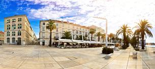 Split waterfront walkway on golden sun raysの写真素材 [FYI00658075]