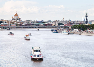Krymsky Bridge and excursion ships on Moskva Riverの写真素材 [FYI00658233]