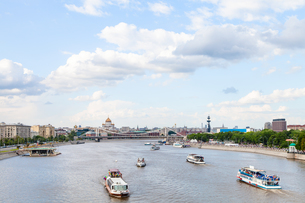 excursion ships in Moskva Rive, Moscowの写真素材 [FYI00658235]