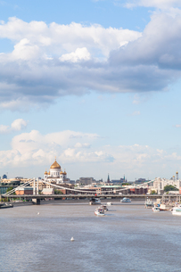 view of Crimean bridge and Catherdral in Moscowの写真素材 [FYI00658237]