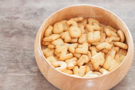 Alphabet biscuit in wooden trayの写真素材 [FYI00658259]
