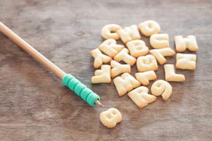 Alphabet biscuit on wooden tableの写真素材 [FYI00658261]