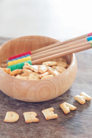 Dream alphabet biscuit on wooden tableの写真素材 [FYI00658265]
