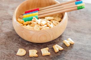 Dream alphabet biscuit on wooden tableの写真素材 [FYI00658267]