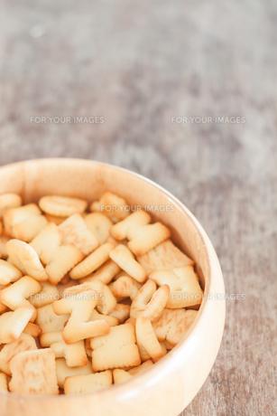 Alphabet biscuit in wooden trayの写真素材 [FYI00658270]