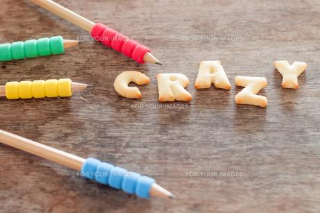 Crazy alphabet biscuit on wooden tableの写真素材 [FYI00658272]