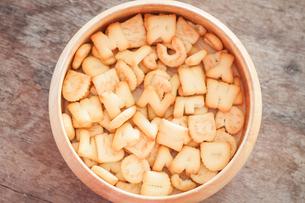 Alphabet biscuit in wooden trayの写真素材 [FYI00658273]