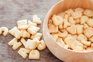 Alphabet biscuit in wooden trayの写真素材 [FYI00658275]