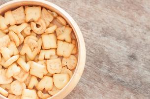 Alphabet biscuit in wooden trayの写真素材 [FYI00658277]
