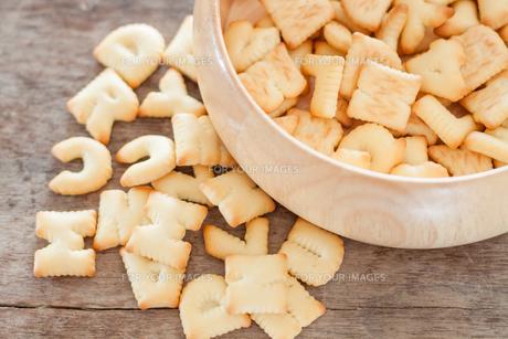 Alphabet biscuit in wooden trayの写真素材 [FYI00658278]
