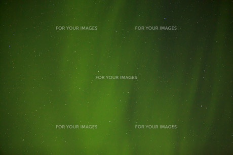 Northern lights with bright stars in Icelandの素材 [FYI00658424]