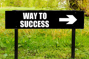 WAY TO SUCCESS written on directional black metal signの写真素材 [FYI00658703]