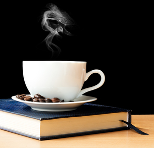 hot coffee and smoke in morning timeの写真素材 [FYI00658706]