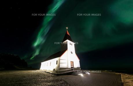 Vik Church Aurora Icelandの写真素材 [FYI00658724]