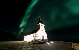 Vik Church Aurora Icelandの写真素材 [FYI00658724]