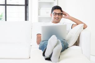 Indian guy using internetの写真素材 [FYI00658745]