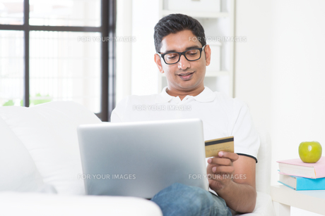 Online transactionの写真素材 [FYI00658758]