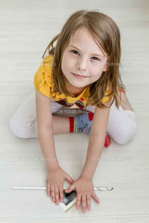 Little Girl Working on Diy Projectの写真素材 [FYI00658797]