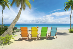 Colorful chairs on the beachの写真素材 [FYI00658828]