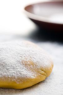 piece of kneaded raw doughの写真素材 [FYI00659077]