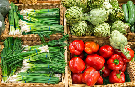 leeks,peppers and artichokes on a marketの写真素材 [FYI00659091]