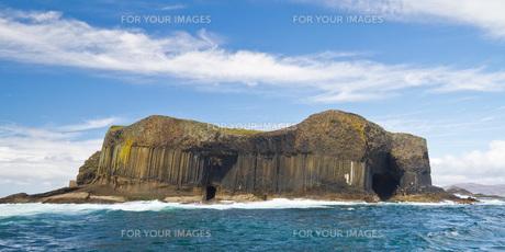 basalt island of staffa in mull (scotland)の写真素材 [FYI00659103]