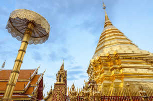 Golden pagoda at Doi Suthep temple, landmark of Chiang Mai, Thailandの写真素材 [FYI00659221]