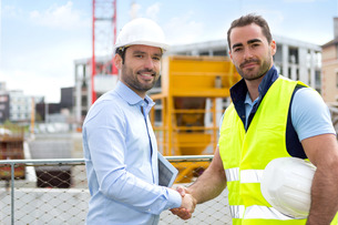 architect and worker handshaking on construction siteの写真素材 [FYI00659364]