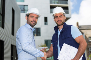 architect and worker handshaking on construction siteの写真素材 [FYI00659370]