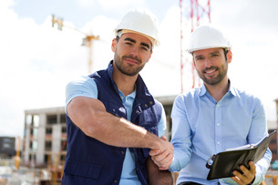 architect and worker handshaking on construction siteの写真素材 [FYI00659406]