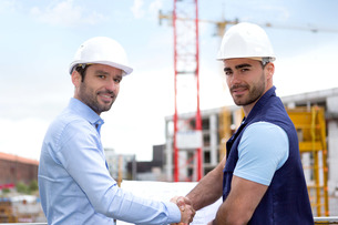 architect and worker handshaking on construction siteの写真素材 [FYI00659516]